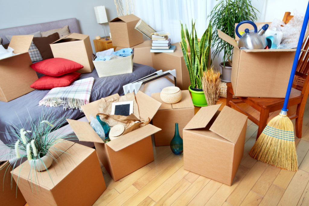 Gepackte Kisten und Utensilien für einen Umzug in eine neue Wohnung.