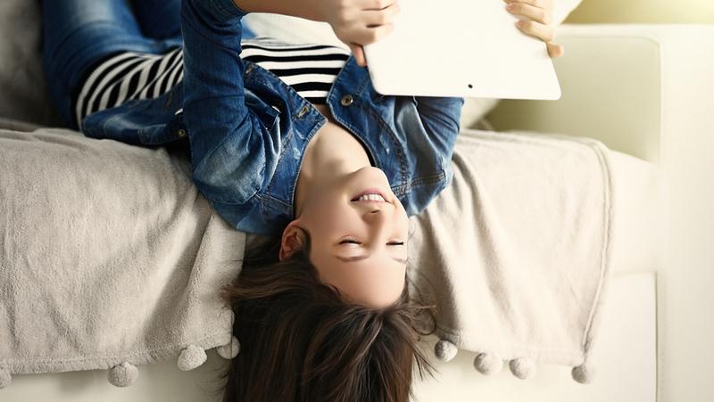 Mädchen sucht im Internet nach einer eigenen ersten Wohnung